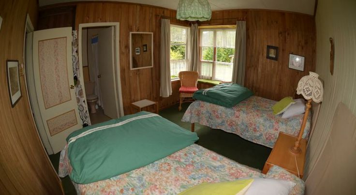 Another twin room at the bed & breakfast. http://hostallagringacarioca.cl/
