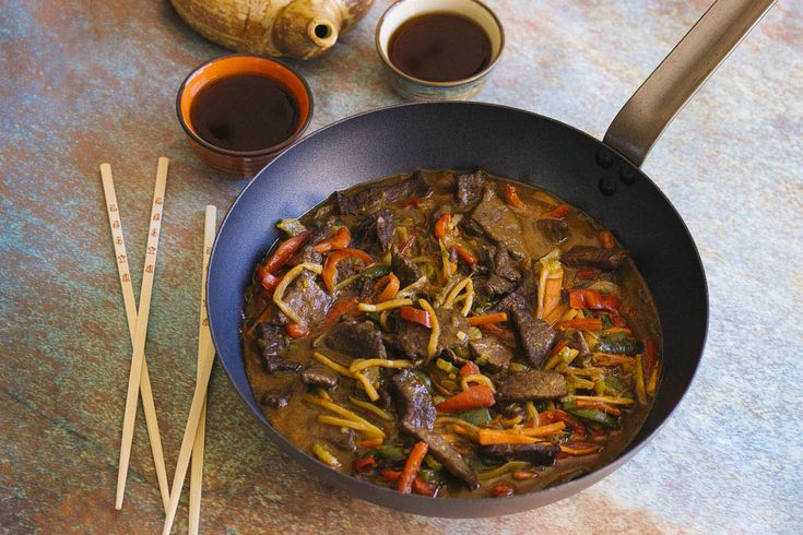 Wok de tenera marinada, verduras y salsa de ostras