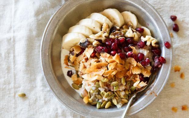 Avena, quinoa e frutta  Cercate una colazione sana e nutriente per iniziare con il piede giusto la giornata? Provate questa power bowl proposta dal blog camillestyles.com. Portate a ebollizione la farina d'avena con la quinoa (entrambe ricche di proteine e fibra), il latte di mandorla e un po' d'acqua, poi lasciate cuocere a fuoco lento per trenta minuti tenendo mescolato. Versate poi in una ciotola e coprite con banane, mandorle, melograno e semi di zucca che contengono magnesio e ferro.