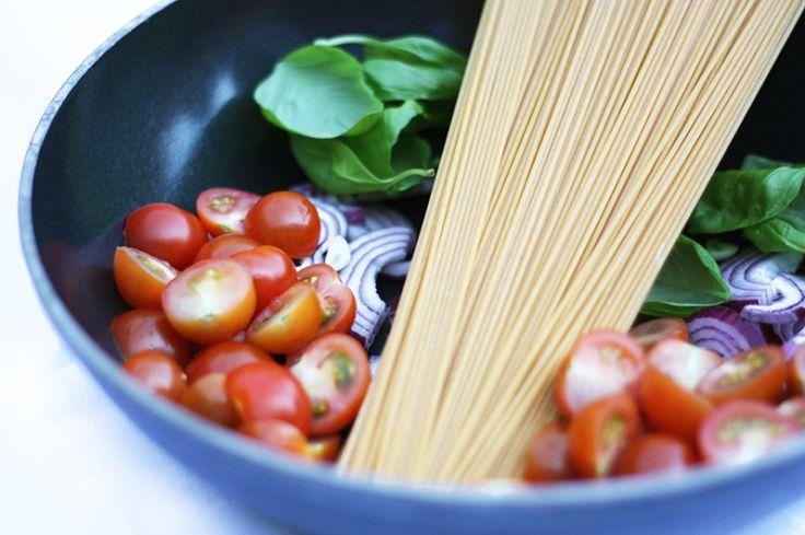 Eenpanspasta met tomaat en basilicum   Gelijk dubbele hoeveelheid gemaakt, was slim, want anders te weinig geweest voor ons twee. Alle tomaten (kers&gepeld) hebben we vervangen voor 6 stuks (ong. 700g) trostomaten gebruikt en ong. 400 ml bouillon.   Was lekker en simpel.