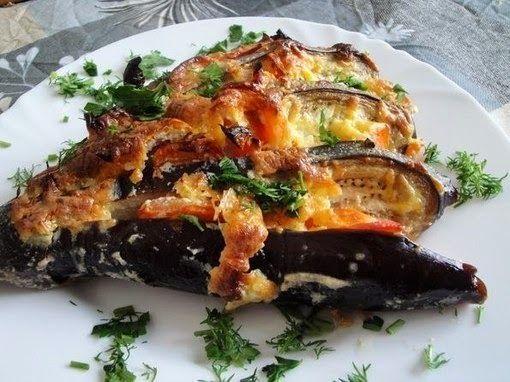 Ингредиенты:  два баклажана,  один болгарский перец,  два помидора,  пол головки чеснока,  100 грамм сыра,  200 грамм сметаны  п...