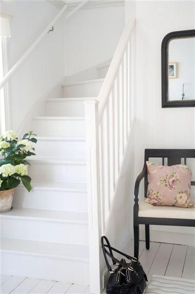 Vitt,vitt,vitt, så fräscht. Denna miljö från www.beckers.se, där trappa och golv är målat med Beckers Golvfärg.