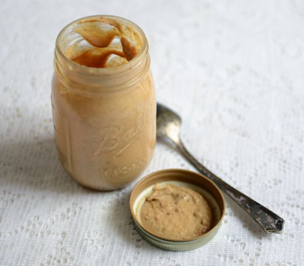 Tahini je skvělá a zdravá pasta ze sezamových semínek, kterou je velmi jednoduché připravit si doma.Obsahuje mnoho zdraví prospěšných látek jako například vysoké množství vitamínu E, vitamíny B1, B2,