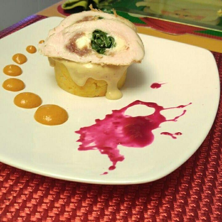 Pollo relleno de espinacas y queso con cama de pure de patata con zanahoria