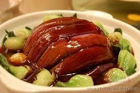Comida chinesa em geral é composta de pratos pequenos e variados onde cada um tem uma pequena tigela de arroz. Ninguém come torta de grilo ou coisas muito esquisitas. As comidas em geral tem menos frescura que no ocidente. Então pata de galinha e cabeça de pato são petiscos bem comuns. Pratos de Shanghai são conhecidos por serem mais adocicados (molho agridoce, mas não tão avinagrado como o agridoce que vem no china inbox). O prato dessa figura é típico shanghaines.