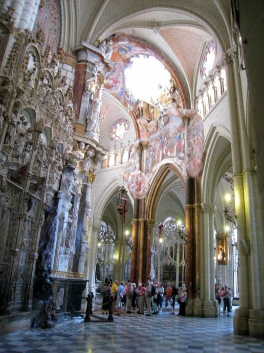 Catedral de Santa María de Toledo. Llamada también Catedral Primada de España, sede de la Archidiócesis de Toledo. Su construcción comenzó en 1226 bajo el reinado de Fernando III el Santo y las últimas aportaciones góticas se dieron en el siglo XV cuando en 1493 se cerraron las bóvedas de los pies de la nave central, en tiempos de los Reyes Católicos