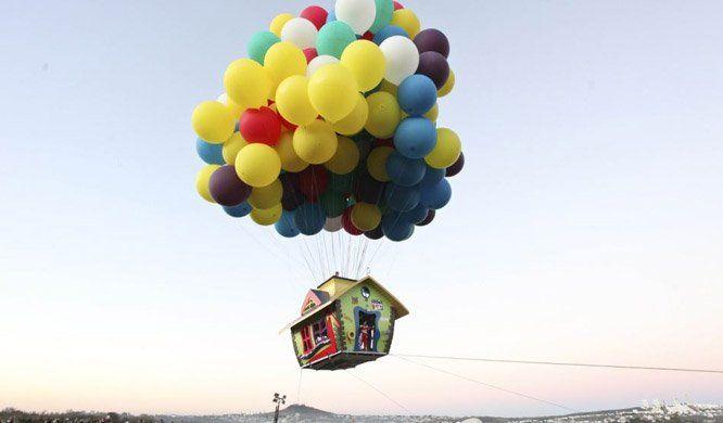"""Jonathan Trappe,um balonista profissional norte-americano e grande fã do filme """"Up"""" da Pixar, participou de um festival internacional de balonismo no México a bordo de uma réplica da famosa casa do filme. E se você já achou a ideia legal, saiba que essa foi apenas uma ação para promover a próxima aventura do balonista, que pretende ser o primeiro homem a atravessar o Atlântico com balões de hélio. Para essa façanha, serão usados365 balões amarrados. Ele sairá do norte dos Estados Unidos e…"""