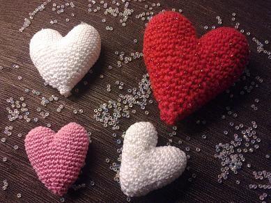 I dagens lucka finns ett virkat hjärta som man fyller med lite vadd. Mina hjärtan är lite olika stora beroende på garnets tjockl...