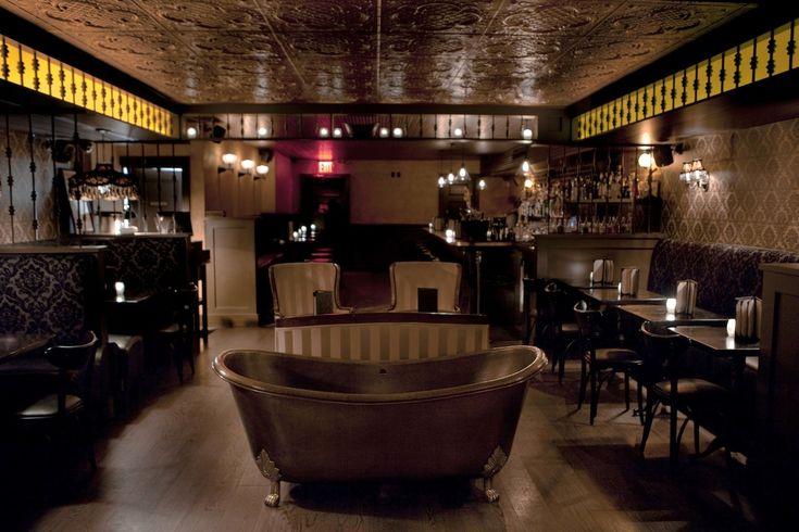 Bathtub Gin in New York, NY - Tomar bons drinks em uma banheira? Esse bar eh muito doido e tem varias banheiras espalhadas pelo salao, muito divertido!