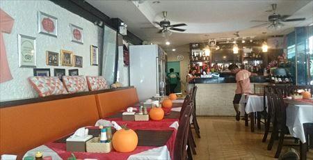 『EURO THAI RESTAURANT』 場所:Soi Dr Wattana, Thaweewong Road | 80/10, Patong,  メニューはタイ料理以外にも、洋食(ステーキやピザ等)もある
