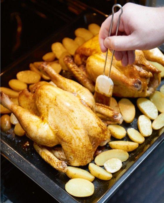 So werden Brathähnchen richtig schön kross: Während des Backens mit Butterschmalz oder Bratenfett bestreichen. Unser Koch Kay-Henner Menge zeigt noch viele weitere Tipps!