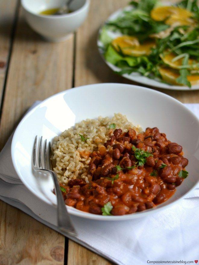 Feijão vermelho com molho de tomate picante servido com arroz integral