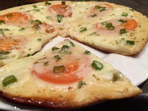 Recept na jednoduché a rýchle raňajky. Príprava a varenie trvá približne 15 minút. Pizzu na panvičke si môžete pripraviť presne podľa vašej chuti. Budeme potrebovať: 4 lyžice – kyslá smotana 4 lyžice – majonéza 2 ks – vajcia 9 lyžíc – hladká múka štipka – soľ olivový olej Ďalej budeme potrebovať: paradajka mozzarella jarná cibuľka parmezán šunka… Postup: 1. Z