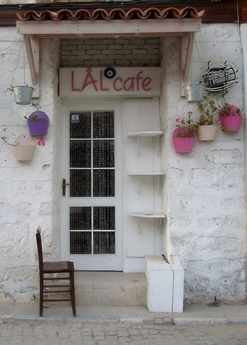 Alaçatı Lal Cafe…        (via Pink Flowerpot at Shop, a photo from Izmir, Aegean | TrekEarth)  Alacati, Turkey