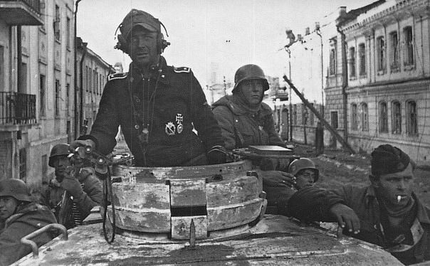 "Soldiers of the SS Division ""Totenkopf"". Kharkov in March 1943.:"