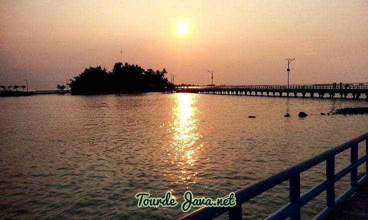 Pulau Tidung, saat ini pulau indah yang berada di wilayah Kepulauan Seribu Selatan ini menjadi salah satu tujuan wisata favorit di Jakarta. Pemandangan nya yang indah, aktivitas seru yang disuguhkan, jarak nya yang relative dekat, dan masih banyak alasan lain nya membuat para wisatawan memilih Pulau Tidung sebagai tujuan destinasi wisata.