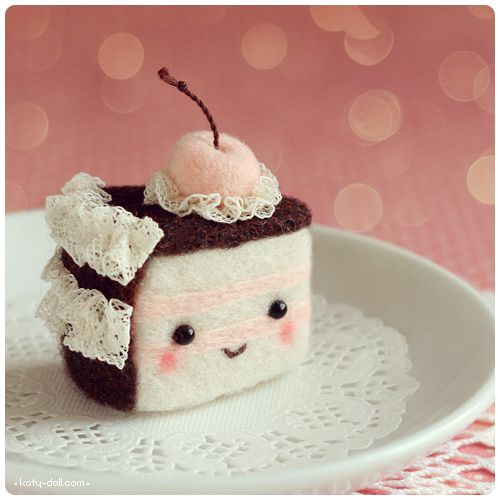 Super cute felt cake - - - I love the little face and the lace for fancy frosting.