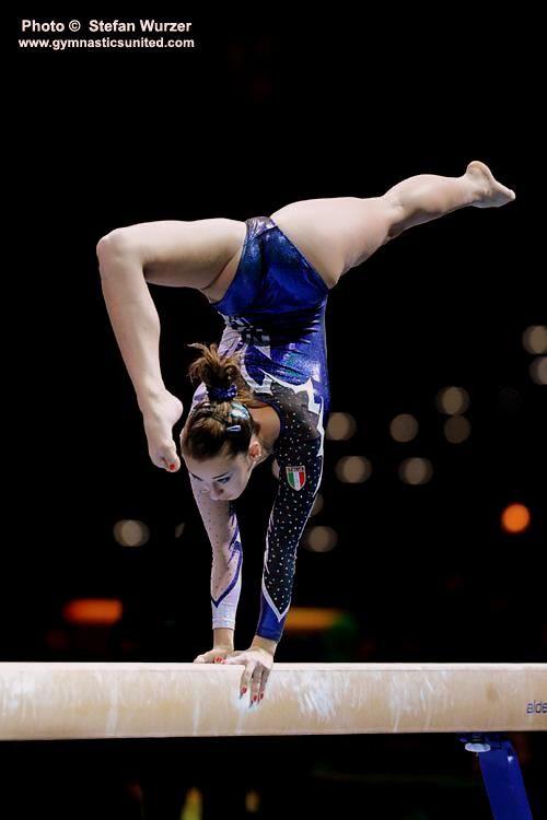 Carlotta Ferlito e una ginnasta e un olimpionico. Lei e belle e ha i cappelli castani. Lei e forte e dedicata.