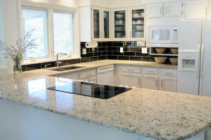 Weiße Küche mit Halbinsel und bräunlich Granitarbeitsplatte
