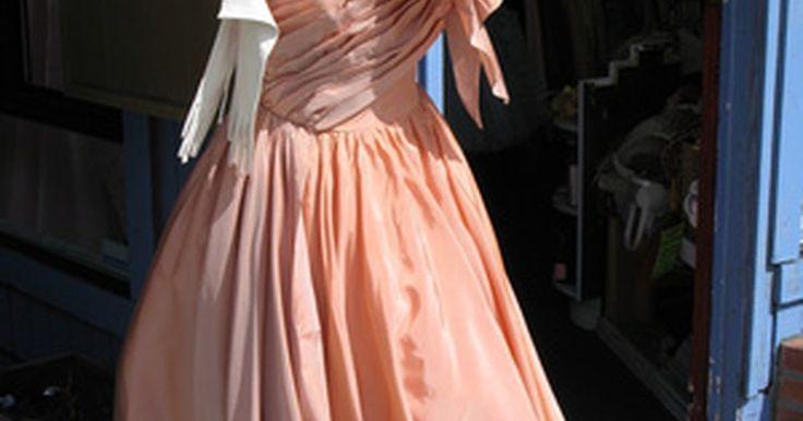 Cómo vestirse con la vestimenta de los años 50. La década de 1950 fue una época de gran conservadurismo y conformismo. Los hombres, sobre todo, carecían de opciones cuando se trataba de moda. El padre de los años 50 usaba un traje tradicional de color y un sombrero, mientras que su hijo, vestía un traje de trabajo, con un estilo casual de negocios. Las mujeres tenían más posibilidades de ...