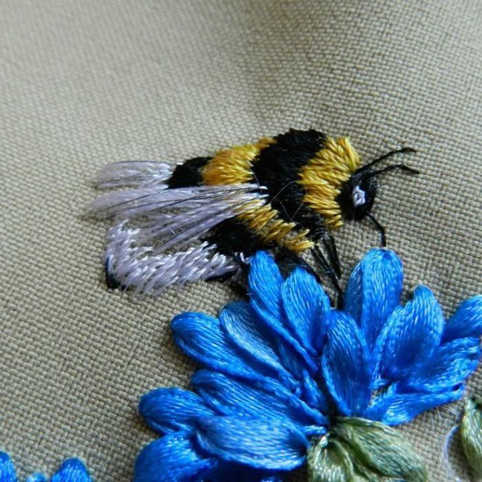broderie au ruban, abeille juchée