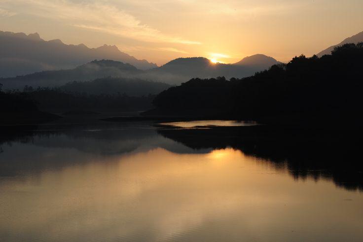 En voyage dans le sud de l'Inde, j'ai rejoint l'ashram Sivananda où je suis restée durant 5 semaines. Yoga et méditation, discipline, ayurvéda...