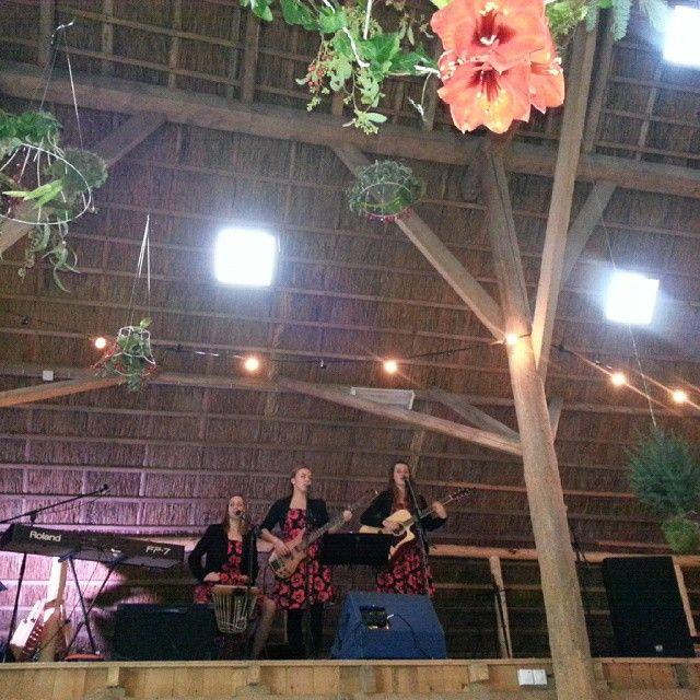 Een prachtig optreden vanaf de hooizolder door de #vocalroses op de #flinkewinterfair
