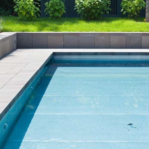 Exklusiver Und Moderner Pool Mit Beleuchtung. Sitzfläche Aus Original  Quirrenbach Grauwacke. Poolreinigung Erfolgt Durch Einen Roboter