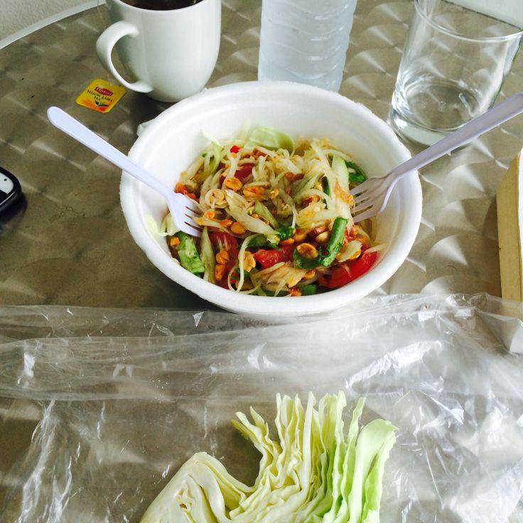 - Thaise Salade -  Papaja, tomaat, wortel, pinda, vissaus , look, limoen & rode peper