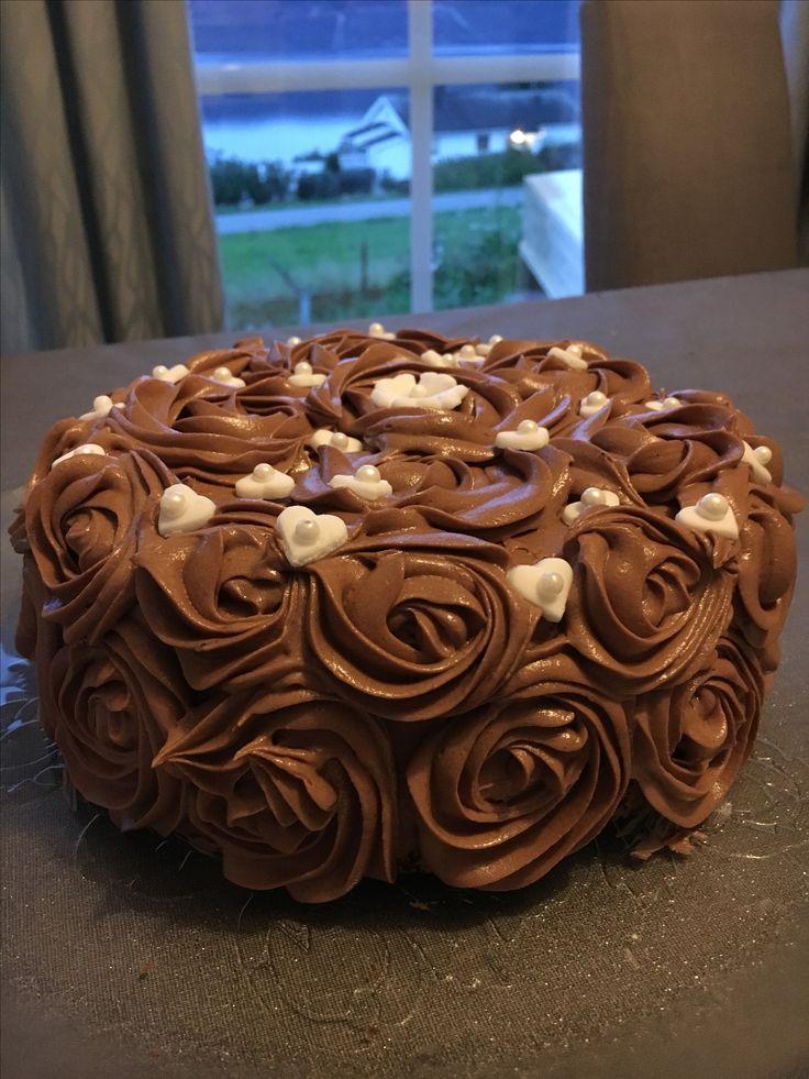 Sjokoladekake med smørkrem. Det var mye enklere å lage disse rosene enn jeg hadde trodd. Trikset er å få rett konsistens på kremen, temperer smøret riktig