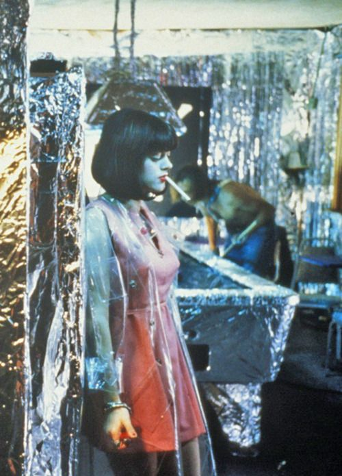The Doom Generation (1995) written & directed by Gregg Araki. Sex, drugs and ultra violence. The Doom Generation is the director's self-styled bad-taste teen film. Het decor en de styling in de film vind ik heel interessant. Thematiek; teenage love, sexuality
