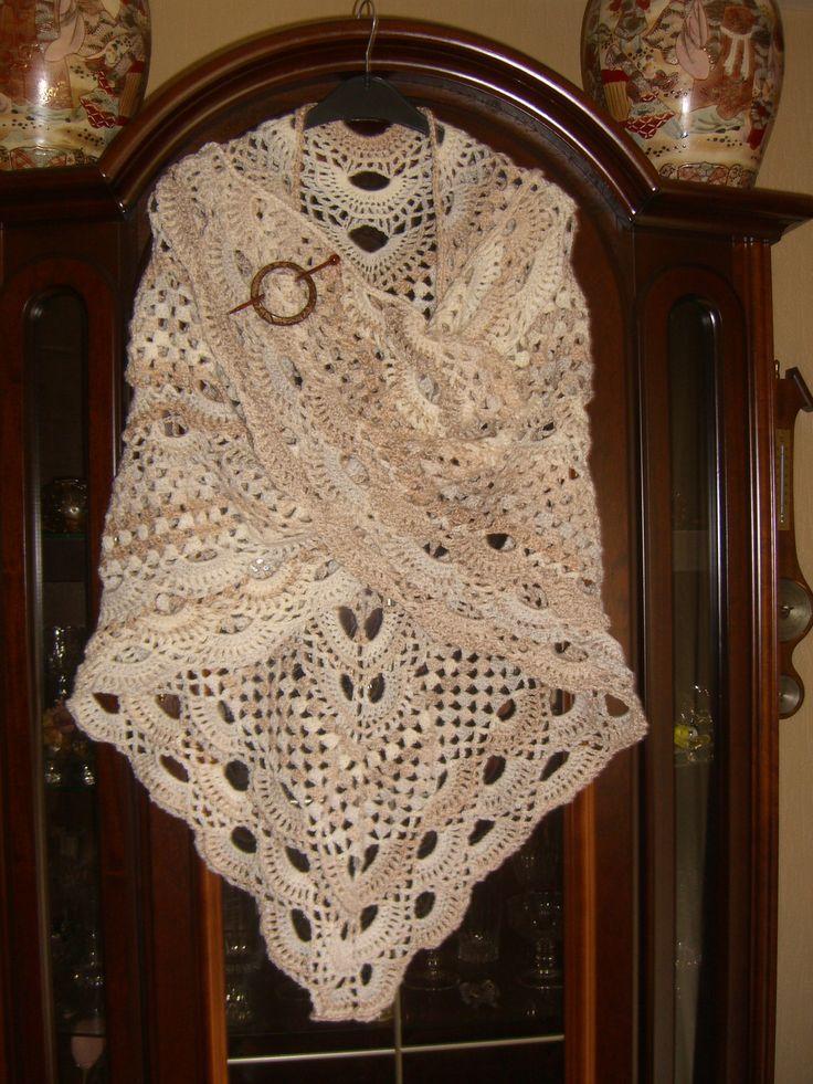 Zeer royale Russische shawl Omslagdoek is 2.30 en komt tot net boven kniehoogte. Op bestelling of deze is nog te koop 25,- ex.verz. Op :https://www.facebook.com/groups/HANDWERKVERKOOP/