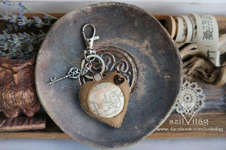 www.facebook.com/szilvilag egyedi kézzel varrt gyapjúfilc szív kulcstartó, táskadísz,  #handmade #feltheart, #bagdecor , #keyholder #szilvilág #kézműves #kulcstartó #táskadísz #bélyegző #vintage #PostCard