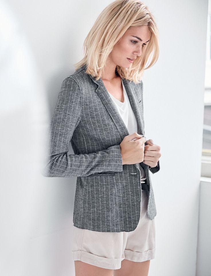 Easy Office-Chic: Leger und doch elegant ist der Ein-Knopf-Blazer aus leichtem Sweatstoff mit Nadelstreifen.