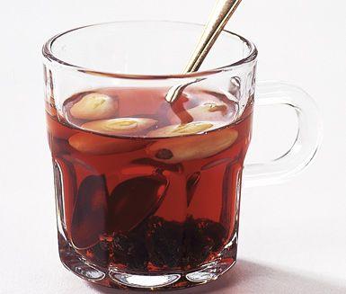 Ett lättlagat recept på smakrik och värmande svartvinbärsglögg. Du gör den alkoholfria glöggen av äppeljuice, svartvinbärssaft, kardemumma, kanel och nejlikor. Fantastiskt i juletider!