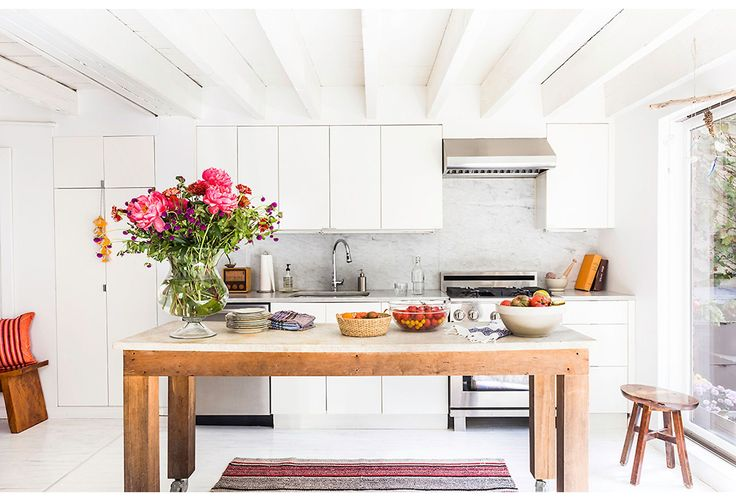 кухня остров потолок балки белые фасады мраморная столешница плита вытяжка мойка смеситель деревянный стол выход на террасу