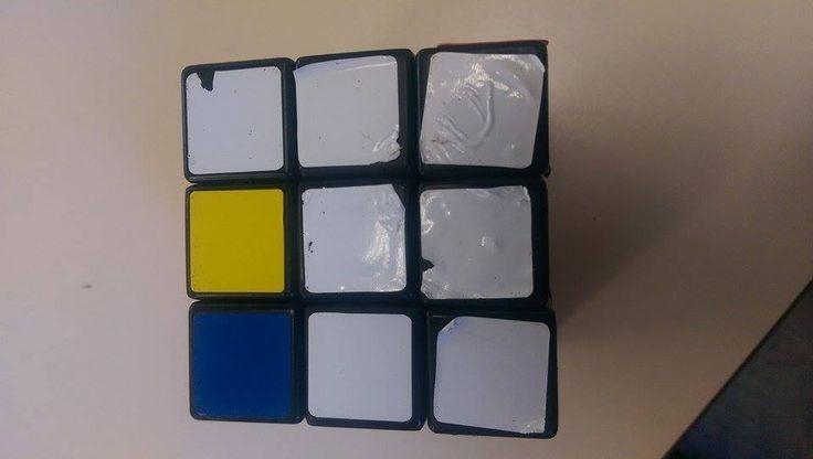 Zo lost een een slimmerd in de klas van Tjitskes Sabelis de kubus op: hij haalt de stickers er af...en plakt ze er keurig gesorteerd weer op:-)