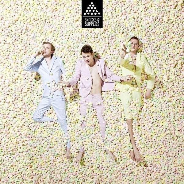 Plongez avec le groupe Pool dans une piscine de Marshmallows et découvrez leur Pop Funky acidulée comme un bonbon avec leur très bon premier opus intitulé Snacks