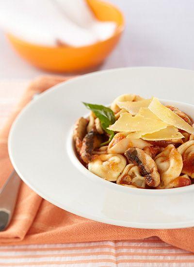 Tortellini con salsa de tomate y champiñones