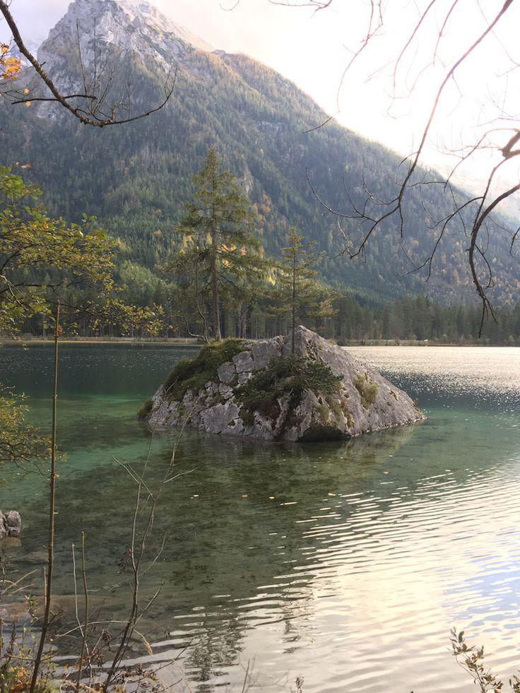 Reiseziel #Königssee und direkt daneben der #Hintersee in #Bayern. Für eine #Tour an einen der tiefsten Seen in #Deutschland ist die Jahreszeit egal. Der Königssee ist immer eine Reise wert. Im Frühling, Sommer, Herbst oder Winter. Ob zum #Wandern, genießen oder für perfekte #Fotomotive. Als #Familienurlaub, Zeit zu Zweit oder als #Wanderurlaub. Schroffe #Berge, wie Watzmann, Jenner oder die schlafende Hexe blicken auf berühmte Orte wie St. Bartholomä. #Bayern #Wandern #Wellness