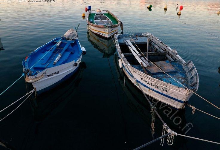 Kalastusveneet - aamu vene veneet köydet kiinnitys odotus siesta meri poijut heijastus sininen venepaikka Välimeri
