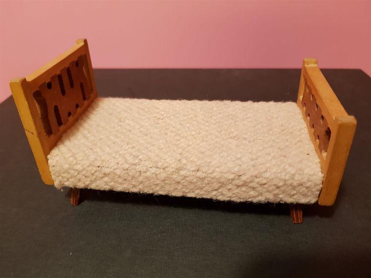 Annons på Tradera: J Udd dockskåpsmöbler säng (rosa)
