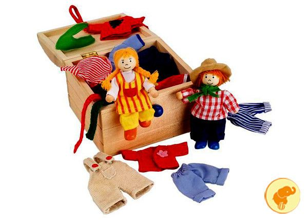 Bauletto in legno, ospita una coppia di piccoli personaggi in legno e corda con 14 set di vestiti.  Clicca qui: http://www.zazieshop.it/collections/giocattoli/products/bambola-e-vestiti