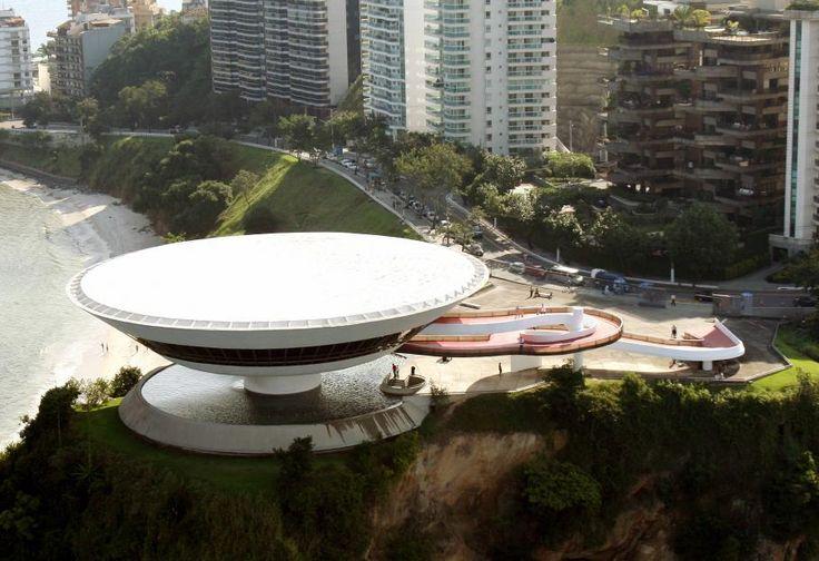 Oscar Ribeiro de Almeida de Niemeyer Soares est un architecte et un designer brésilien. Il est un des plus célèbres architectes brésiliens du 20ème siècle Il a dessiné le musée d'art contemporain de Niteroi (1996), près de Rio (Brésil), célèbre pour sa forme de soucoupe volante