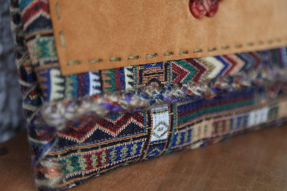 Een uitstekende etnische grote koppeling, voor een perfecte bohemien chique stijl!  Magnetiseren alle ogen met deze unieke handgemaakte grote clutch tas, geïnspireerd door het exotisme van de Oriënt, van Thaise handgeweven stof, met prachtige en diep bundels van kleur!  De koppeling is hand versierd met hoge kwaliteit van camel leder en geborduurd Gekerfde jade halfedelsteen.  Het interieur is volledig gevoerd met fijn kastanjebruine kleur soie sauvage (pure ruwe zijde) stof.  Interieur zak…