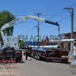 Llegó un camión con columnas para la instalación del nuevo servicio eléctrico en la ciudad