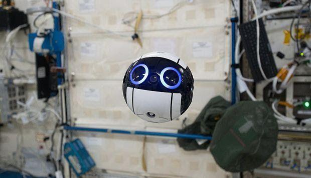 Los astronautas dentro de la Estación Espacial Internacional (EEI) tienen un nuevo compañero. Se llama Int-Ball, y aunque a simple vista pa...
