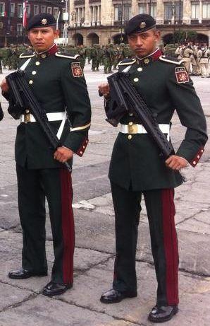 Uniforme de gran gala del Cuerpo de Guardias Presidenciales / Dress uniform of the Mexican Presidential Guard Corps.