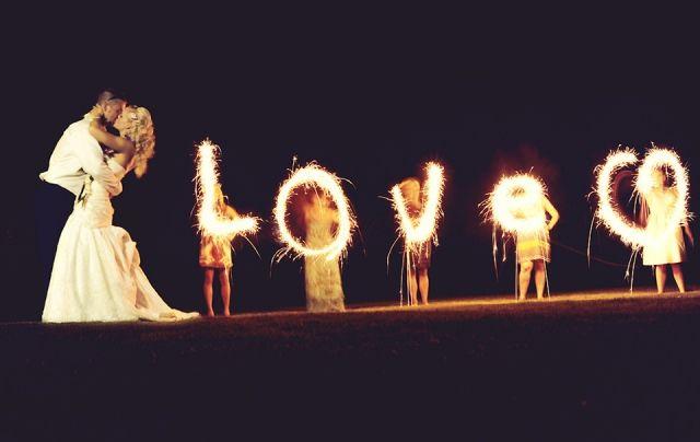 vuurwerk letters Tip je trouwfotograaf: light writing op je bruiloft | ThePerfectWedding.nl