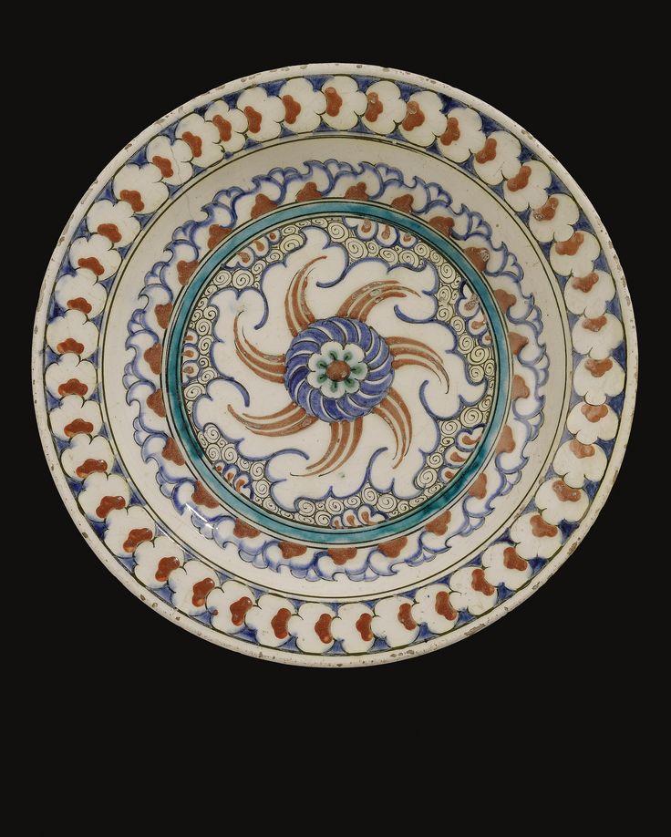 AN IZNIK POLYCHROME DISH, TURKEY, CIRCA 1585-90